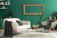 Зеленый интерьер живущей комнаты стоковое изображение