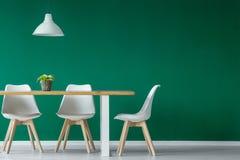 Зеленый интерьер столовой стоковые изображения rf