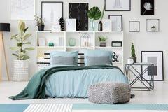 Зеленый и голубой интерьер спальни стоковые изображения rf
