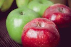 Зеленый и красный цвет яблок на черной предпосылке Стоковые Фото