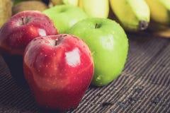 Зеленый и красный цвет яблок на черной предпосылке Стоковая Фотография