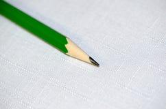 Зеленый карандаш на белой предпосылке стоковые фотографии rf