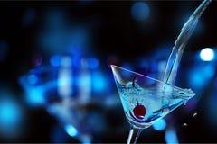 Зеленый коктеиль Мартини в стекле на запачканный стоковое фото