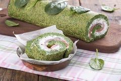 Зеленый крен шпината с мягким сыром и семгами стоковые фото