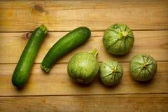 Зеленый круглый цукини на деревянном столе - натуральных продуктах Стоковая Фотография RF