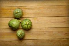 Зеленый круглый цукини на деревянном столе - натуральных продуктах Стоковое фото RF