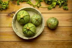 Зеленый круглый цукини на деревянном столе - натуральных продуктах Стоковые Изображения RF