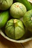 Зеленый круглый цукини на деревянном столе - натуральных продуктах Стоковые Изображения