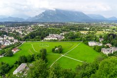 Зеленый ландшафт, взгляд на Австрии Альпах и Зальцбург Стоковое Изображение
