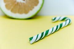 Зеленый леденец на палочке и грейпфрут куска зеленый Стоковое фото RF