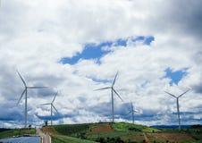 Зеленый луг при ветротурбины производя электричество Стоковое фото RF