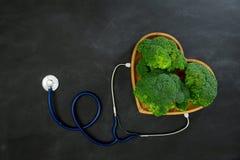 Зеленый овощ брокколи в деревянной плите как сердце Стоковое Фото