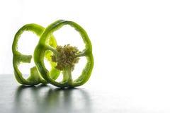 Зеленый отрезанный перец изолированным на белой предпосылке Стоковое Фото