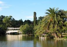 Зеленый парк города с озером. Ландшафт. Стоковые Фотографии RF