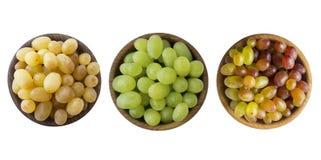 Зеленый, пинк и желтый виноградина Kishmish Взгляд сверху Виноградины в деревянном шаре изолированном на белой предпосылке Вегета стоковое изображение