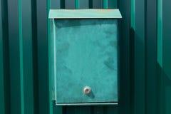 Зеленый почтовый ящик на стене ` s дома Стоковое Изображение RF