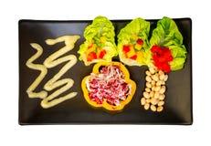 Зеленый салат и свежие овощи на белой предпосылке Путь клиппирования стоковые изображения rf