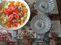Зеленый салат, который служат с космосом экземпляра Стоковые Изображения RF