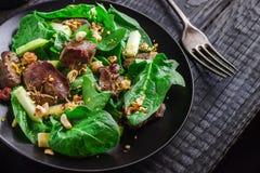 Зеленый салат с печенью и шпинатом на темной деревенской предпосылке Стоковое Фото