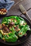 Зеленый салат с печенью и шпинатом на темной деревенской предпосылке Стоковые Изображения RF