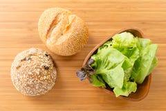 Зеленый салат с хлебом Стоковое Изображение RF