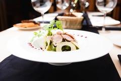 Зеленый салат с холодной телятиной Стоковые Фотографии RF