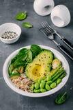 Зеленый салат шара Будды вегетарианца с зажаренными овощами и квиноа, шпинатом, авокадоом, ростками Брюсселя, цукини, спаржей, ed Стоковое Фото