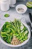 Зеленый салат шара Будды вегетарианца с свежими овощами и квиноа, шпинатом, авокадоом, спаржей, огурцом, фасолями edamame Стоковое Изображение RF