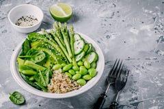 Зеленый салат шара Будды вегетарианца с свежими овощами и квиноа, шпинатом, авокадоом, спаржей, огурцом, фасолями edamame Стоковое Фото