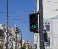 Зеленый светофор для велосипеда в центре города Лодза в Piotrkowska Стоковое Фото