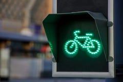 Зеленый свет для майны велосипеда на светофоре Стоковые Изображения RF