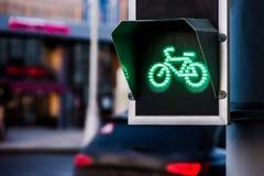 Зеленый свет для майны велосипеда на светофоре Стоковая Фотография