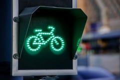 Зеленый свет для майны велосипеда на светофоре Стоковое фото RF