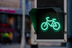 Зеленый свет для майны велосипеда на светофоре Стоковое Изображение