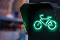 Зеленый свет для майны велосипеда на светофоре Стоковое Фото