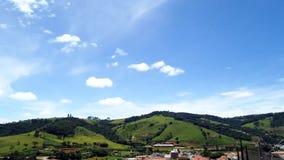 Зеленый солнечный ландшафт гор, голубое небо и белые облака, упущение движения, промежуток времени Зеленый солнечный ландшафт гор видеоматериал