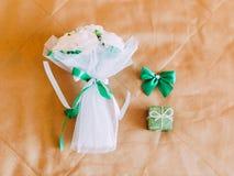 Зеленый состав состоял из букета свадьбы, лент, смычка и меньшей коробки кольца Стоковые Фото