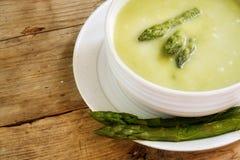 Зеленый суп в деревянном столе ona шара деревенском, курорт спаржи экземпляра Стоковые Фотографии RF