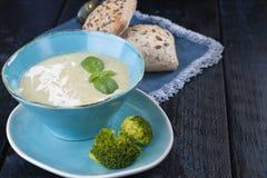Зеленый суп с шпинатом еда здоровая Овощи vegan стоковое изображение