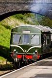 Зеленый тепловозный поезд на железной дороге vntage Стоковые Изображения