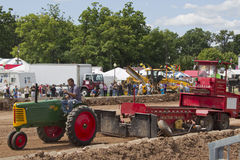 Зеленый трактор урожая рядка 66 Оливера Стоковая Фотография RF