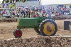 Зеленый трактор Oliver вытягивая взгляд со стороны Стоковое фото RF