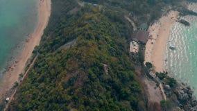 Зеленый холм лесохозяйства около широкого желтого вида с воздуха пляжа песка сток-видео