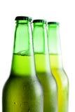 зеленый цвет бутылок пива изолированный над белизной Стоковые Фотографии RF