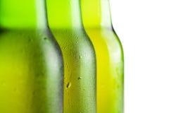 зеленый цвет бутылок пива над белизной 3 Стоковые Фото