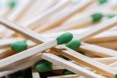 Зеленый цвет возглавил деревянные спички стоковые изображения