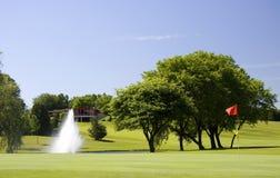 зеленый цвет гольфа клуба первый к Стоковая Фотография