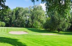 зеленый цвет гольфа курса Стоковая Фотография