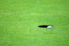 зеленый цвет гольфа шарика стоковая фотография rf