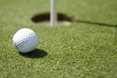 зеленый цвет гольфа шарика Стоковая Фотография